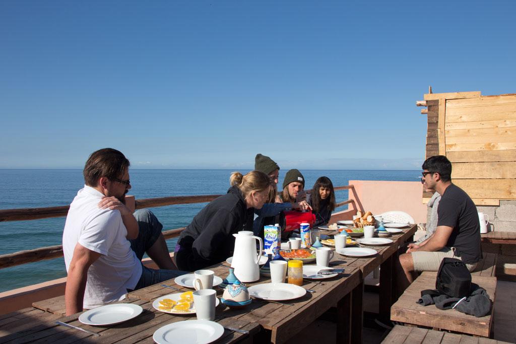 Taghazout Surfen – Frühstück auf der Dachterrasse mit Meerblick | SOMEWHERE ELSE