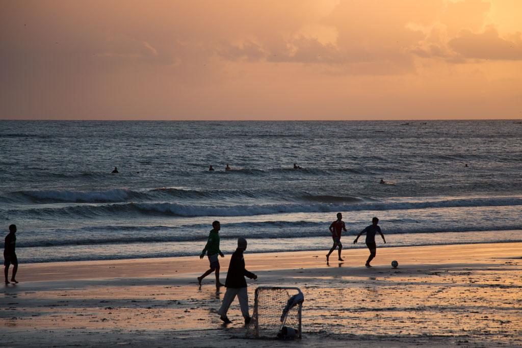 Taghazout Surfen – Fußballspiel am Strand bei Sonnenuntergang | SOMEWHERE ELSE