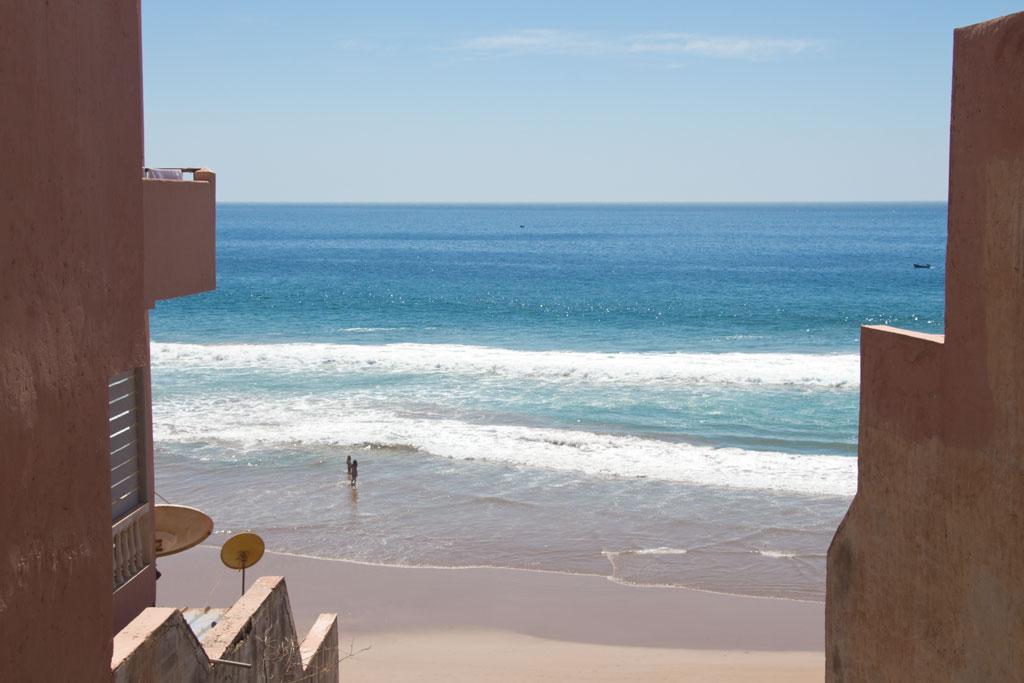 Taghazout Surfen – Meerblick zwischen den Häusern | SOMEWHERE ELSE