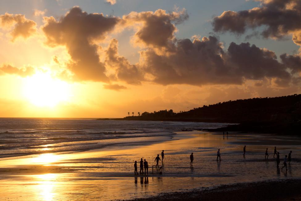 Taghazout: Surfen – Menschen beim Sonnenuntergang am Meer | SOMEWHERE ELSE