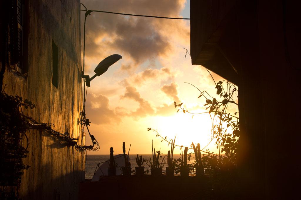 Taghazout Surfen – Sonnenuntergang und Meer zwischen den Häusern | SOMEWHERE ELSE