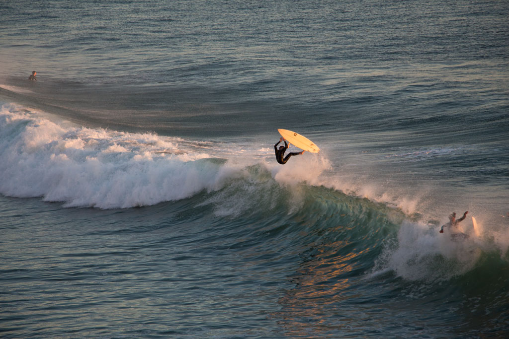 Taghazout Surfen – Surfer beim Sonnenuntergang   SOMEWHERE ELSE