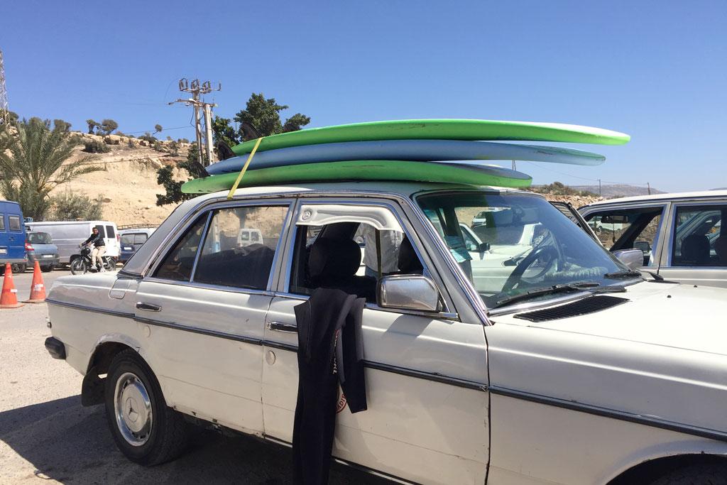 Taghazout Surfen – Taxi mit Surfbrettern auf dem Dach   SOMEWHERE ELSE