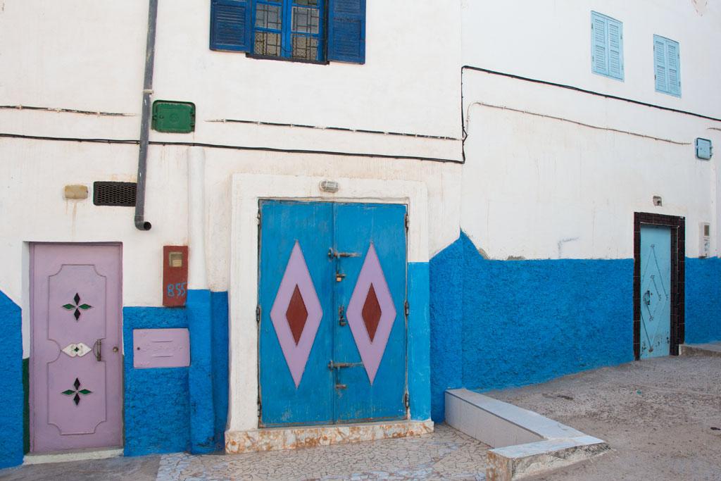 Taghazout Surfen – Weiß-blaue Häuser im Dorf | SOMEWHERE ELSE