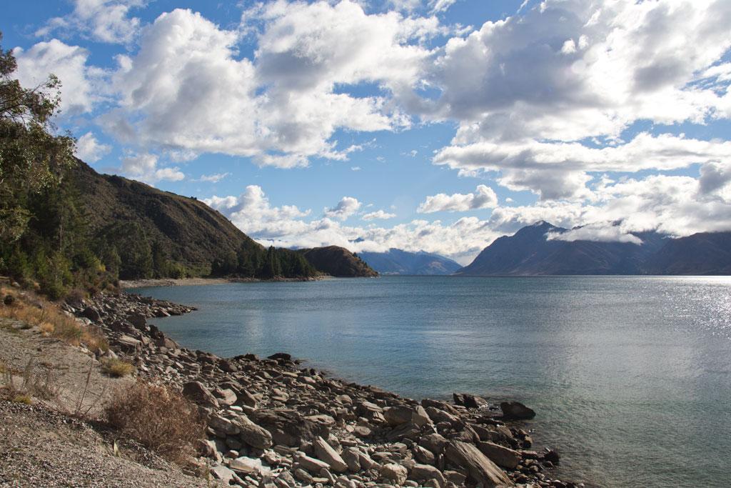 Neuseeland Südinsel Landschaften – Lake Hawea See, Berge, Wolken | SOMEWHERE ELSE