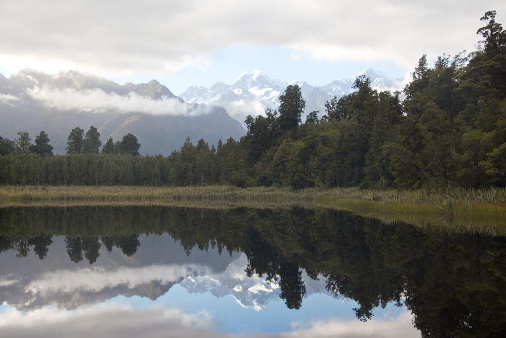 Neuseeland Südinsel Landschaften – Spiegelbild vom Gletscher am Lake Matheson | SOMEWHERE ELSE
