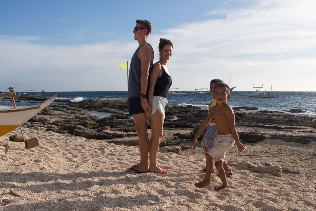 Reiseerfahrungen Begegnungen – Kinder am Strand auf den Philippinen | SOMEWHERE ELSE