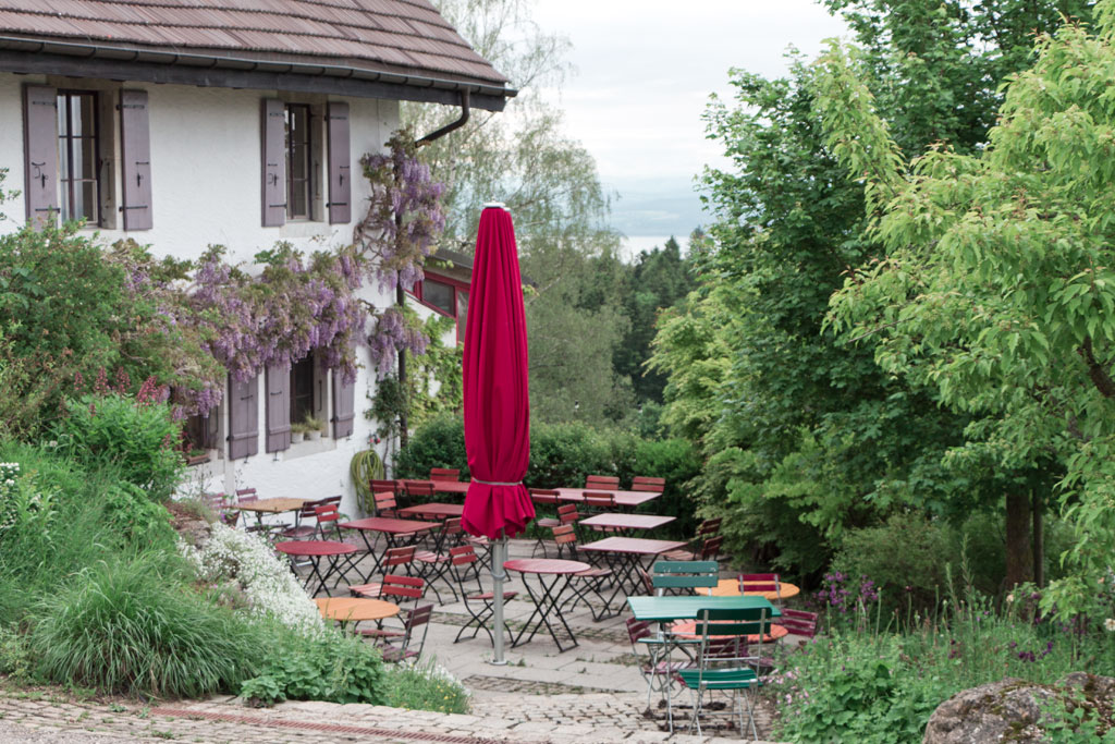 Schweiz Jura – Aubier – Terrasse | SOMEWHERE ELSE