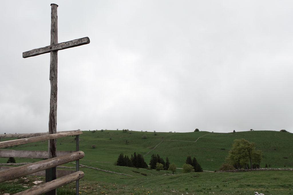 Schweiz Jura – Creux du Van – Gipfelkreuz und Wolkenwand | SOMEWHERE ELSE