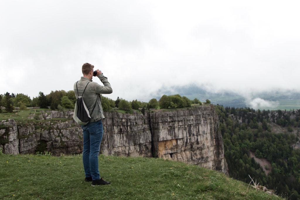 Schweiz Jura – Creux du Van – Mit dem Fernglas nach Steinböcken und Gämsen Ausschau halten | SOMEWHERE ELSE