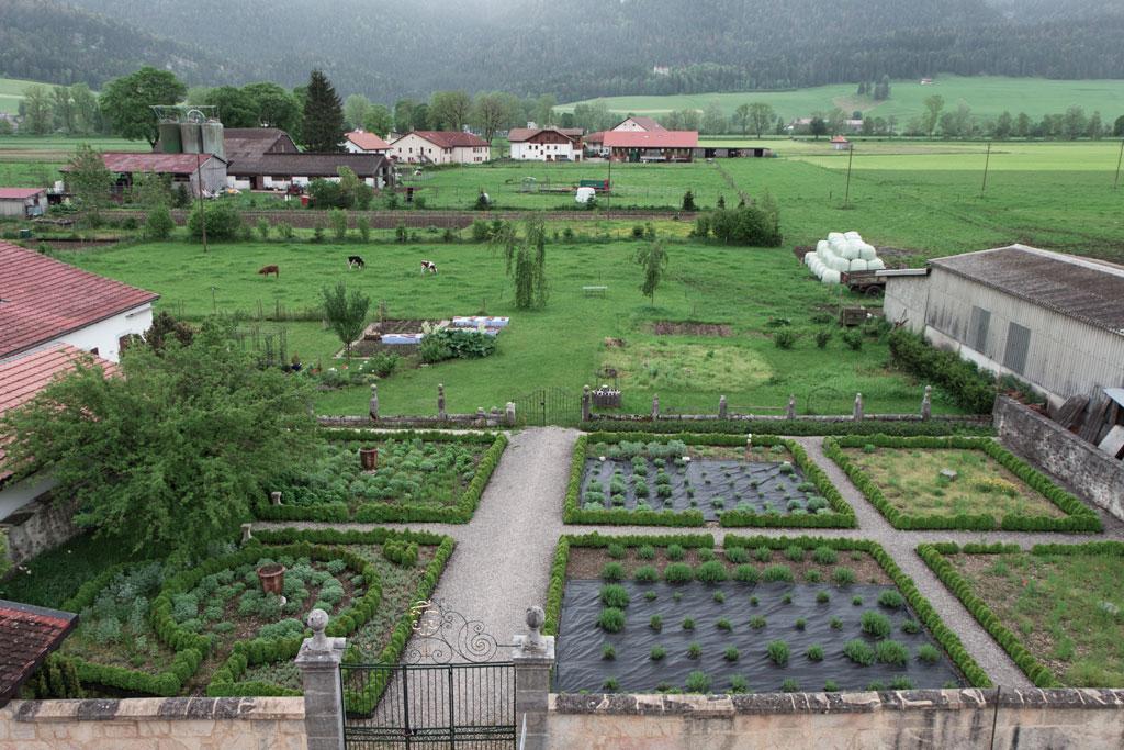 Schweiz Jura – Absinthe La Valote Martin – Kräutergarten | SOMEWHERE ELSE