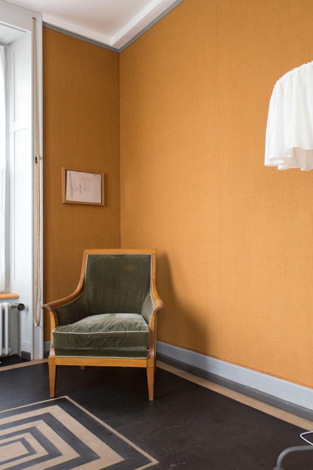 Schweiz Jura – Le Corbusier – La Maison blanche – Sessel und Stehlampe | SOMEWHERE ELSE