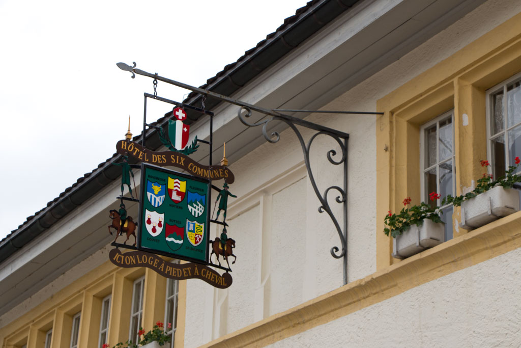 Schweiz Jura – Les-Six-Communes – Fassade | SOMEWHERE ELSE