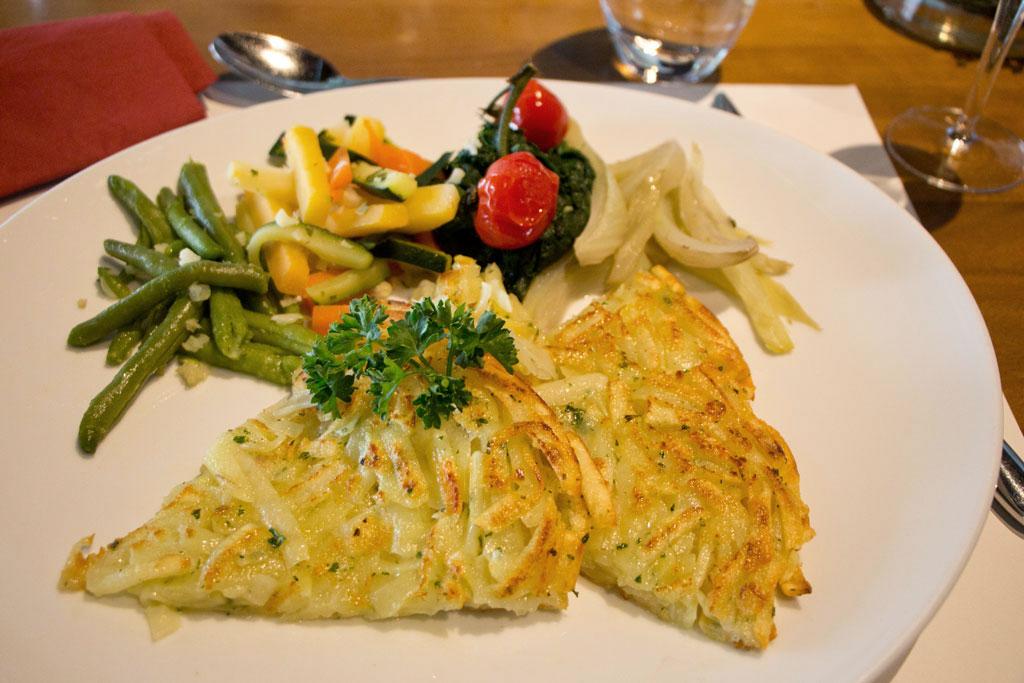 Schweiz Jura – Les-Six-Communes – Kartoffelrösti mit Gemüse | SOMEWHERE ELSE