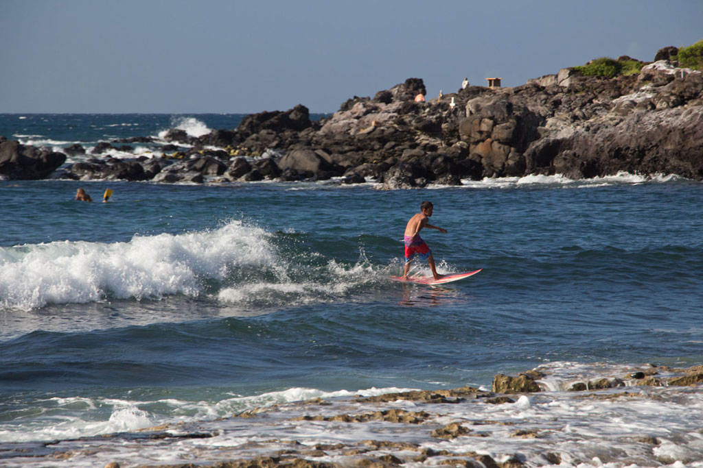 Maui Hawaii – Hookipa Beach Park Junge beim Surfen | SOMEWHERE ELSE