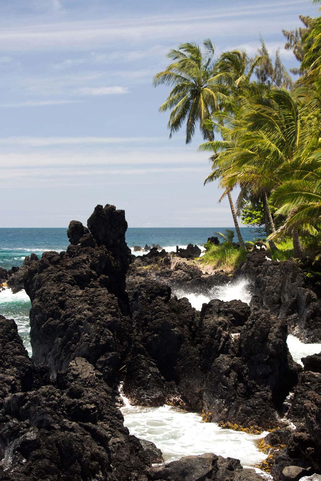 Maui Hawaii – Keanae Peninsula schwarze Felsenbucht am Meer | SOMEWHERE ELSE