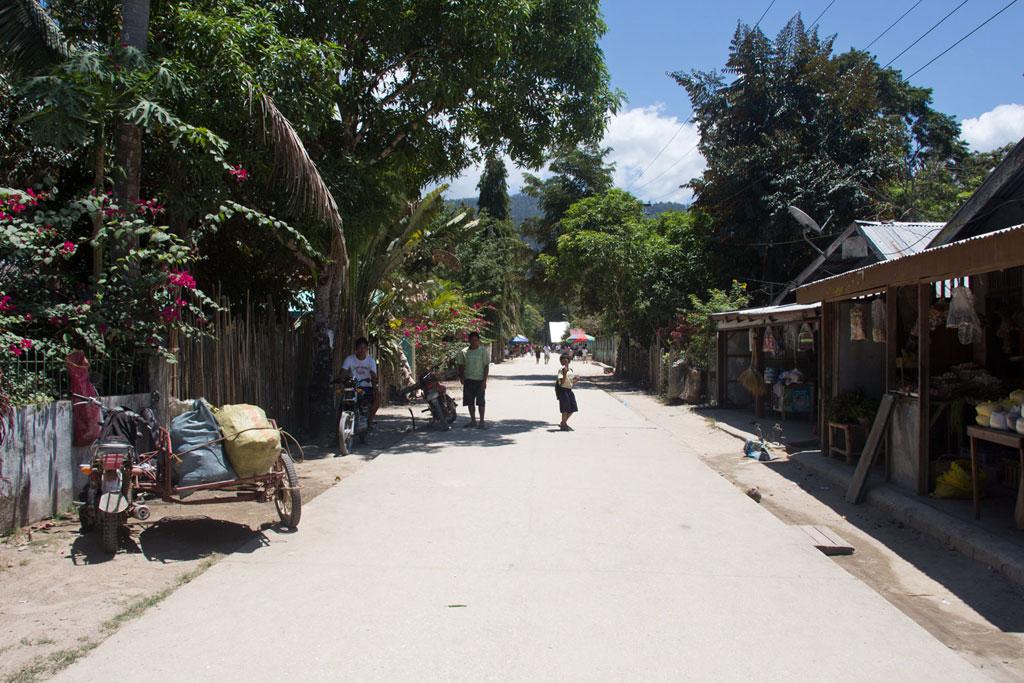 Port Barton – Dorfstraße mit Menschen und Shops | SOMEWHERE ELSE