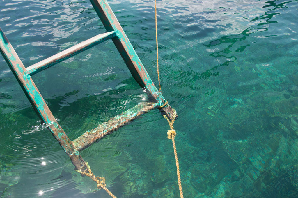 Port Barton – Leiter vom Boot ins klare Meer | SOMEWHERE ELSE