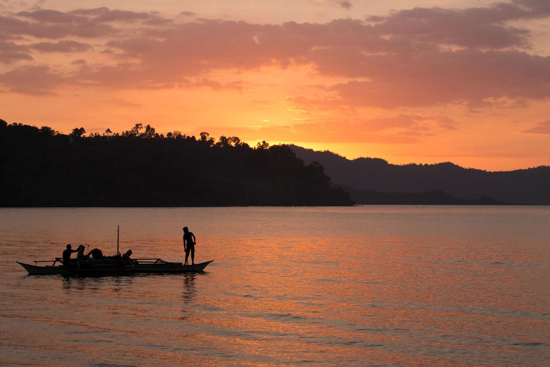 Port Barton – Boot im Sonnenuntergang am Meer | SOMEWHERE ELSE